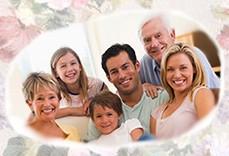 счастливая семья с бабушкой и дедом