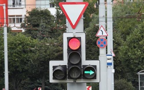 Зеленая стрелка разрешения поворота при красном сигнале светофора
